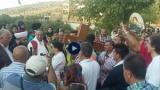 مسيحيون ومسلمون في مسيرة يحملون صورة للسيدة العذراء