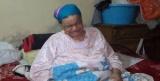 صور| الغلابة يا حكومة.. مستشفى حلوان يطرد عجوزًا مصابة بالسرطان على الرصيف لفقرها